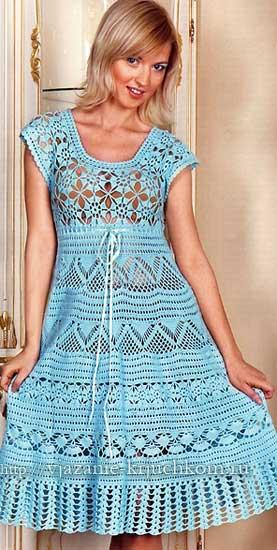 Голубое вязаное платье с ажурными узорами крючком